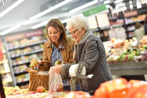 Henkilökohtainen avustaja auttamassa vanhusta