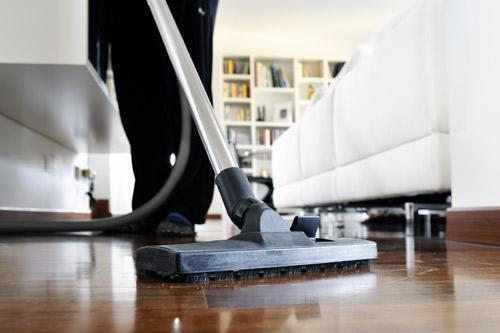 Kotisiivooja tekee kotisiivousta Helsingissä
