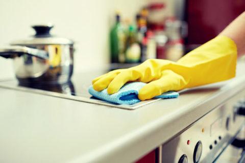 Kotisiivooja tekemässä kotisiivousta